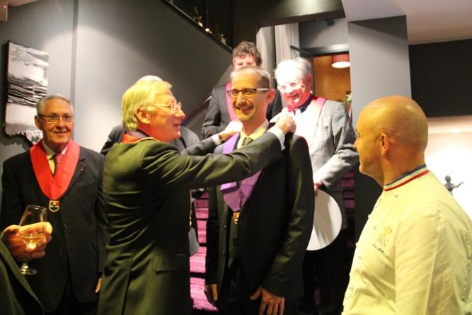 André Fournet remet à Julien Binz l'écharpe des membres professionnels du club Prosper Montagne Alsace
