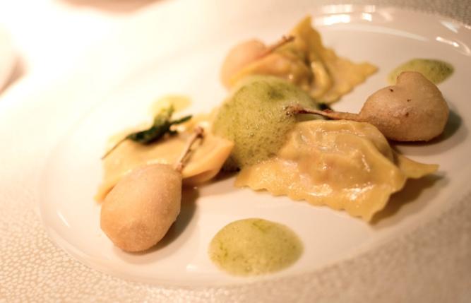 Place aux Agnolotti aux grenouilles, ses cuisses en tempura aux senteurs de persil plat avec le Sicilia DOC Bianco La Segreta, Domaine Planeta, 2015