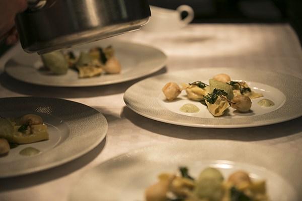 étonnantes agnolotti aux grenouilles, cuisses en tempura aux senteurs de persil plat