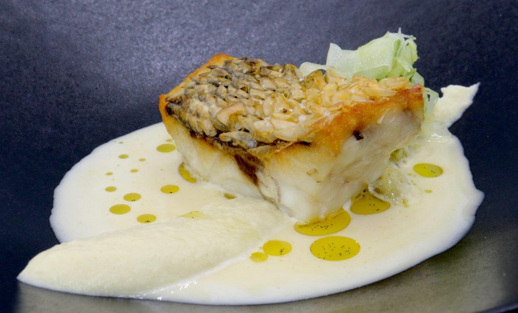Bar cuit sur ses écailles,Mousseline de fenouil, jus beurré, citron pastis, huile de vanille ©sandrineKauffer