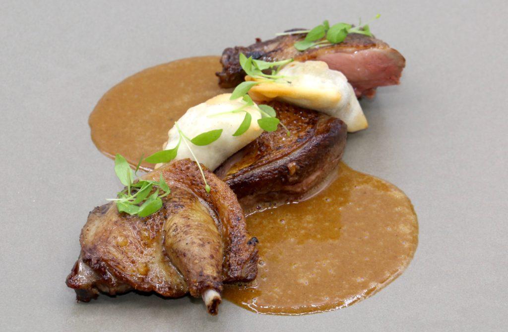 Pigeonneau fumé rôti,Ravioles barbajuans, champignons-foie gras, sauce Albufera ©SandrineKauffer