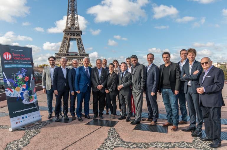 Les chefs et les partenaires sur la terasse des Ombres à Paris pour le lancement de TOUS AU RESTAURANT
