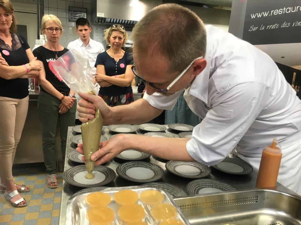 Julien Binz dresse les berlingots de chèvre frais/piquillos, mousselne d'aubergine fumée et coulis de tomate