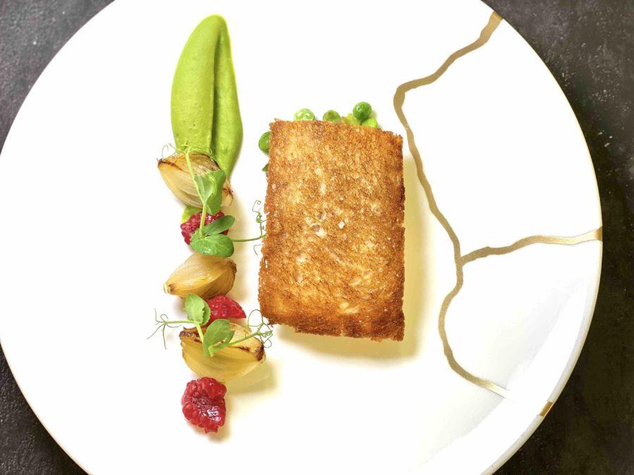 Filet de truite de la vallée en croûte de pain,Petits pois et framboises, jus à la sauge