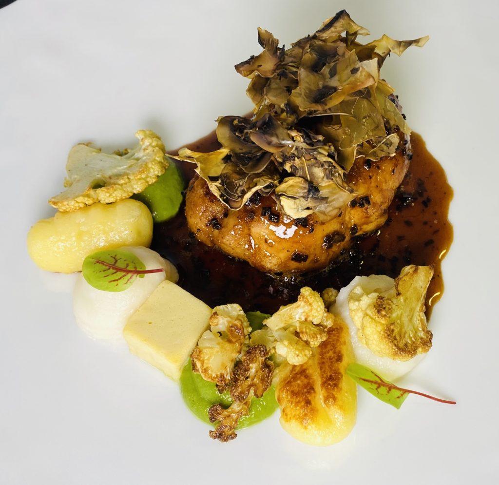 Coeur de ris de veau, Mousseline de chou-fleur et chips de champignons de Paris, sauce Périgueux