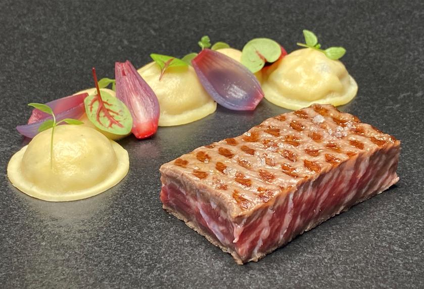 Steak de Wagyu japonais grillé, mousseline et ravioles aux oignons vinaigrés, jus d'oignons doux.